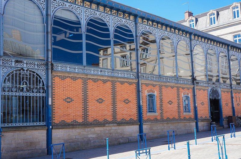 halles centrales à l'architecture métallique, typique du XIXe siècle, ornée d'une frise de porcelaine