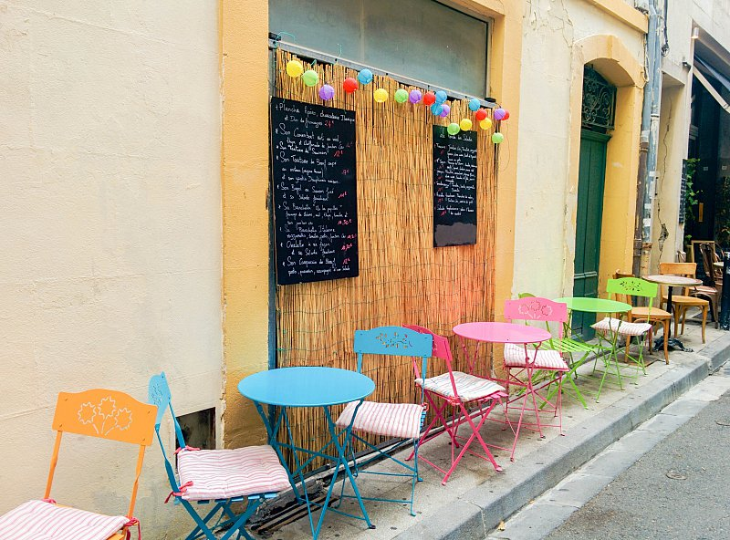 Arles - terrasse colorée